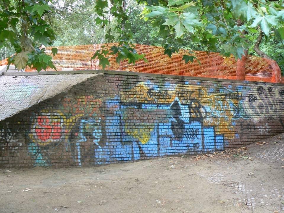 Graffitientfernung Spielplatz Klinker 3