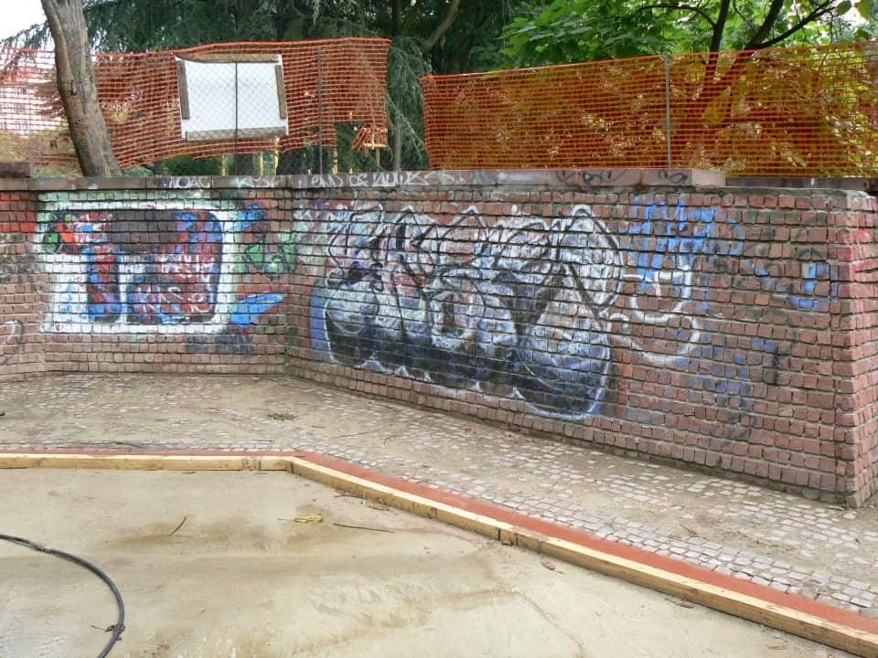 Graffitientfernung Spielplatz Klinker 5