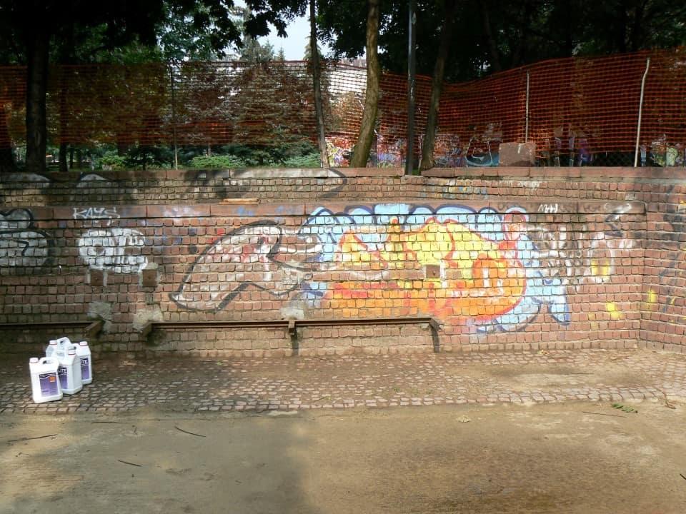 Graffitientfernung Spielplatz Klinker 7