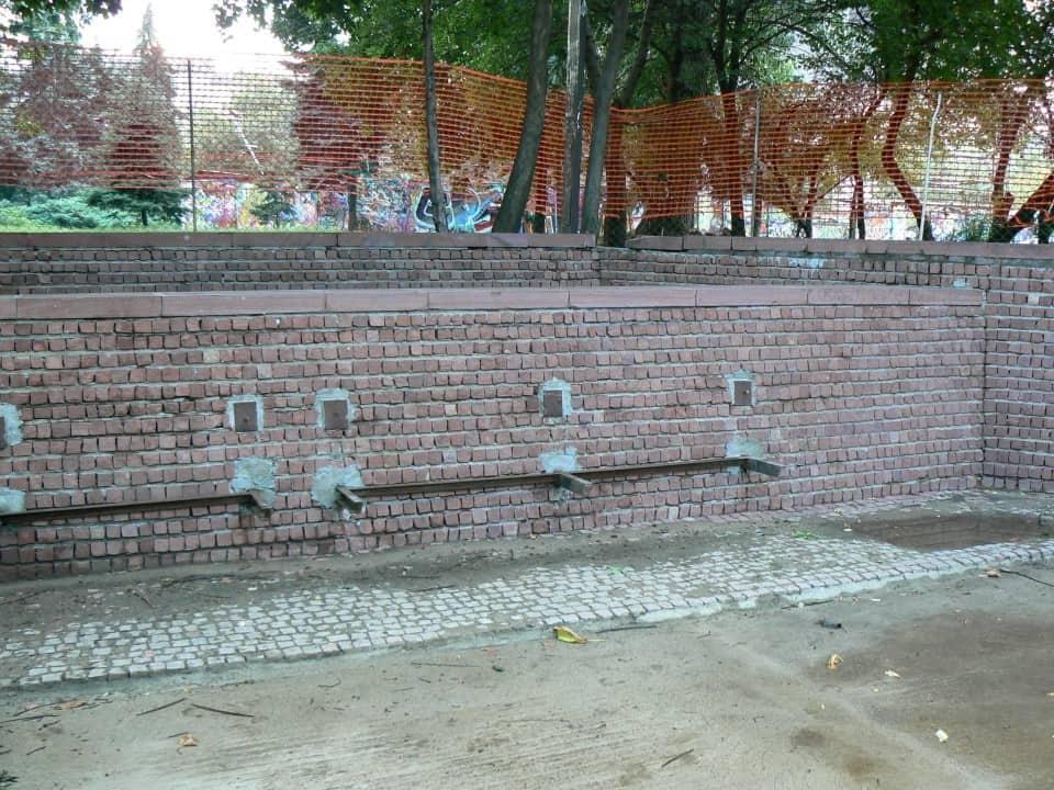 Graffitientfernung Spielplatz Klinker 8